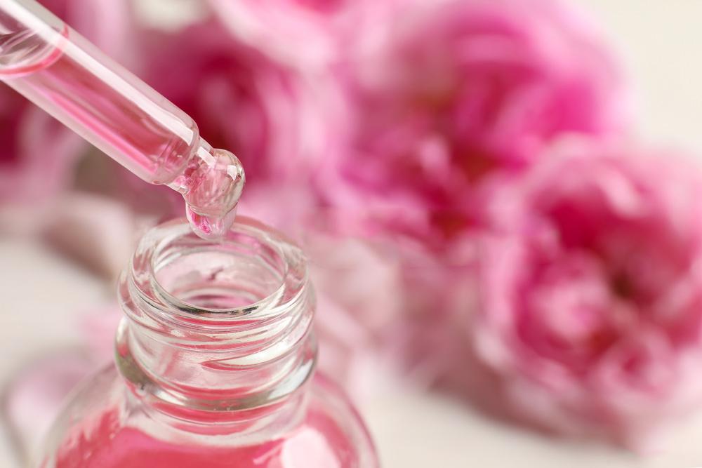 ピンクのバラとバラの精油