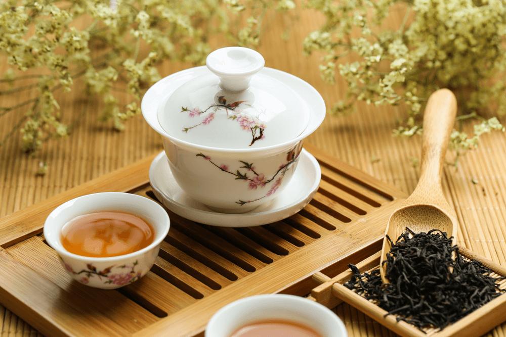 白い器と中国茶、茶葉