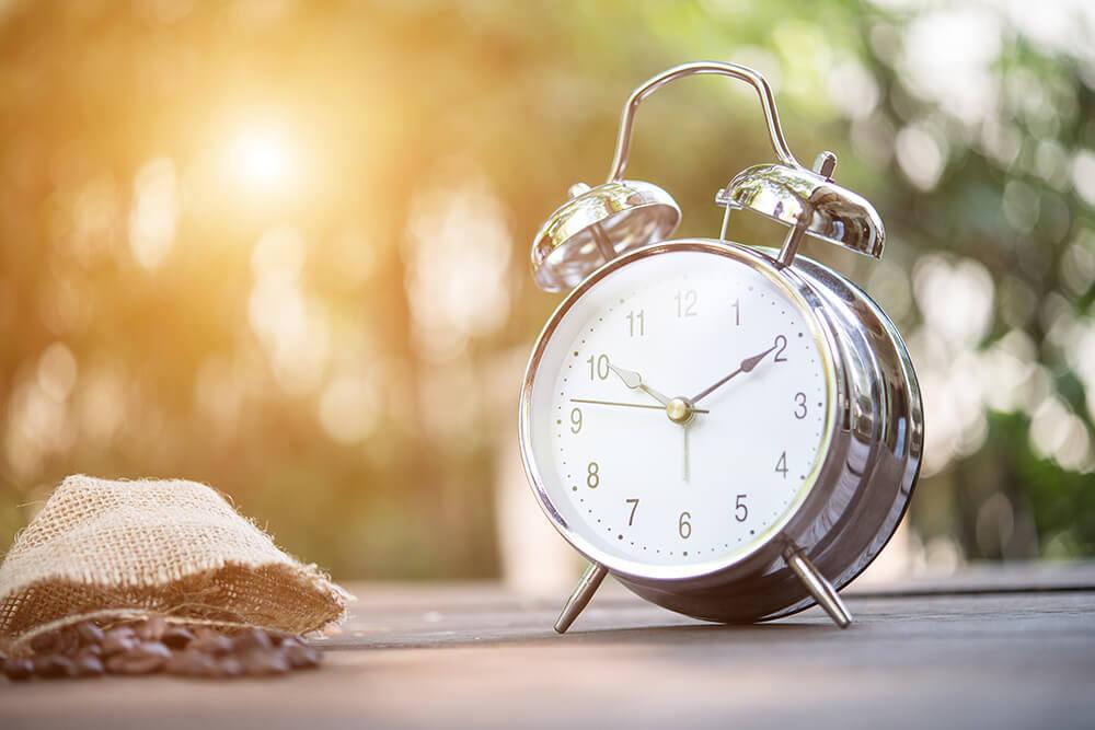 太陽に照らされた目覚まし時計